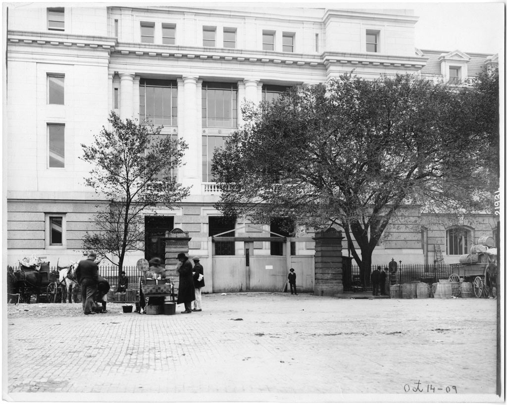 <p>U.S. National Museum, Vendors at Center Market, by unknown photographer, 10/14/1909,  Smithsonian