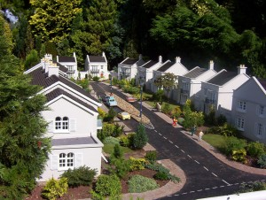 Model picture of suburbia, by Flickr member John Wardell (Netinho).